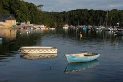 Kleine Ruderboote auf ruhigem Wasser Stockfotos