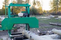 Kleine Sägemühle für Holzverarbeitung in den ländlichen Gebieten Nahaufnahme lizenzfreie stockfotografie