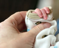 Kleine Säuglingshand Stockfoto
