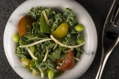 Kleine Salade in Witte Grey Bowl en Vork Royalty-vrije Stock Afbeelding
