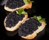 Kleine sandwiches met zwarte kaviaar Stock Afbeeldingen