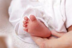 Kleine Schätzchenfüße und Mutterhand Lizenzfreies Stockfoto