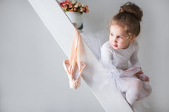 Kleine schöne Mädchen- und pointeschuhe stockfotografie
