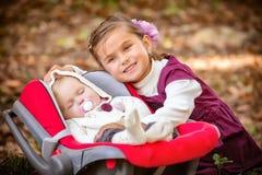 Kleine schöne Schwestern im Park Lizenzfreies Stockfoto