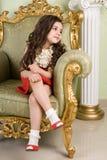 Kleine Schönheit in einem Stuhl Lizenzfreie Stockfotos