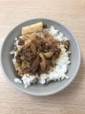 Kleine Schüssel gehackter Schweinefleisch-Reis lizenzfreie stockbilder
