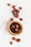 Kleine Scherp met hazelnoot en chocolademousse, hoogste mening Royalty-vrije Stock Afbeelding