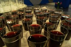 Kleine Schlückchen des Rotweins lizenzfreies stockbild