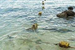 Kleine schmutzige Boje auf dem Meer Stockfoto