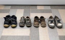Kleine schmutzige Schuhe Lizenzfreie Stockbilder