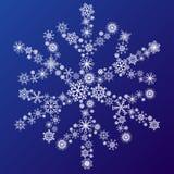 Kleine Schneeflocken, die eine große Schneeflocke bilden Stockbilder