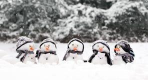 Kleine Schneemänner in einer Gruppe Lizenzfreie Stockbilder