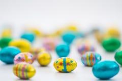 Kleine Schokoladen-Ostereier Stockfotos