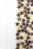 Kleine Schokoladensterne auf einer Holzoberfläche Stockfotos