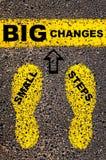 Kleine Schritt-große Änderungs-Mitteilung Haus gebildet vom Geld im schwarzen Hintergrund Stockfotos