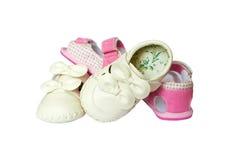 Kleine Schuhe des rosafarbenen Babys des Endes weißen mit Spitzeen Lizenzfreie Stockfotografie