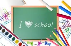 Kleine Schulbank mit verschiedenem Schulbedarf Lizenzfreies Stockfoto