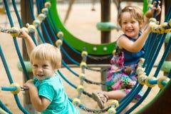 Kleine Schwestern am aktionsorientierten Spielplatz Stockfotos