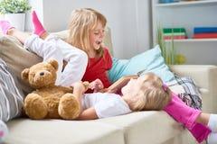 Kleine Schwestern, die laut lesen Stockfoto