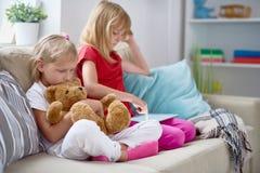 Kleine Schwestern, die ruhigen Abend genießen lizenzfreie stockfotografie