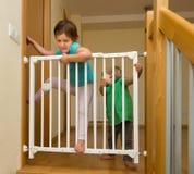 Kleine Schwestern nähern sich Treppengitter Stockfoto