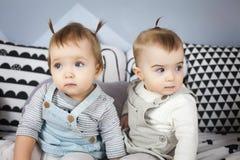 Kleine Schwestern sitzen auf Bett Lizenzfreie Stockbilder
