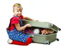 Kleine Schwestern und ein Koffer Stockbild