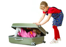 Kleine Schwestern und ein Koffer Lizenzfreie Stockbilder