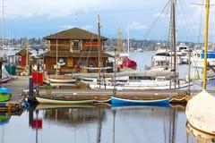 Kleine Segelboote und Ruderboote nahe dem hölzernen Bootsmuseum Lizenzfreie Stockfotos
