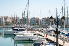 Kleine Segelboote und Yachten angekoppelt am Hafen von Pir?us, Griechenland stockfotografie