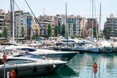 Kleine Segelboote und Yachten angekoppelt am Hafen von Pir?us, Griechenland stockfotos