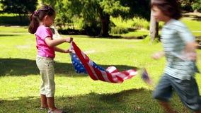 Kleine siblings met Amerikaanse vlag stock video