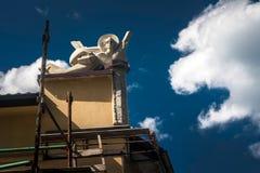 Kleine Skulptur auf dem Dach des Hauses in Lemberg Lizenzfreies Stockfoto