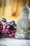 Kleine Skulptur von Buddha über weißen Kieseln Stockbilder
