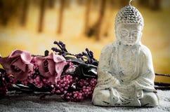 Kleine Skulptur von Buddha über weißen Kieseln Lizenzfreie Stockfotos