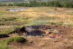 Kleine sluimerende geiser in IJsland Stock Fotografie