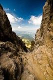 Kleine smalle vallei in de dolomietalpen. stock afbeeldingen