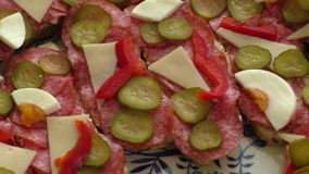 Kleine snacks canape met salami stock footage