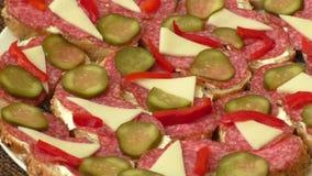 Kleine snacks canape met salami, kaas en groenten in het zuur stock video