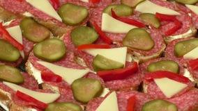 Kleine snacks canape met salami, kaas en groenten in het zuur stock footage