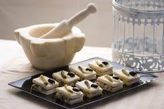 Kleine snacks met salade, komkommers en olijven Stock Foto