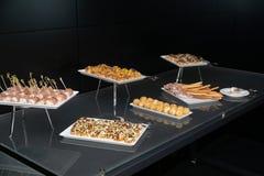 Kleine snacks op de lijst in het restaurant royalty-vrije stock fotografie