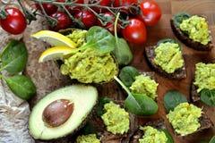 Kleine snacks van avocado met mango Stock Foto's