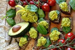 Kleine snacks van avocado met mango Stock Fotografie