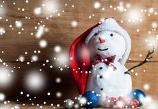 Kleine sneeuwman op houten bureau Royalty-vrije Stock Fotografie