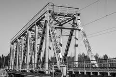Kleine spoorwegbrug over de rivier Stock Foto's