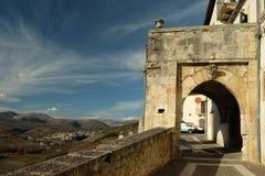 Kleine Städte auf Italien-Bergen Stockfoto