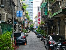 Kleine städtische Straße in altem Taipeh stockfotografie
