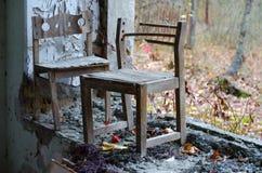 Kleine Stühle durch Fenster ohne Glas im Kindergarten, Pripyat, Tschornobyl NPP-alienat stockbild