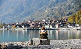 Kleine stad aan de meerkant van Brienz, Zwitserland stock foto's